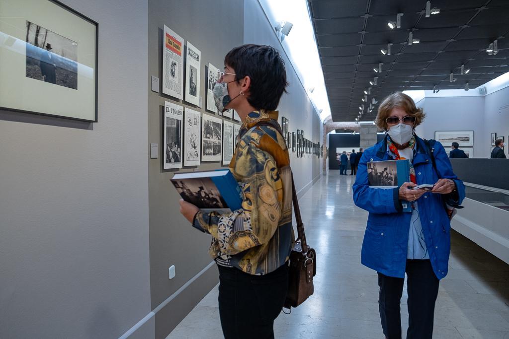 Dos mujeres visitando una exposición fotográfica