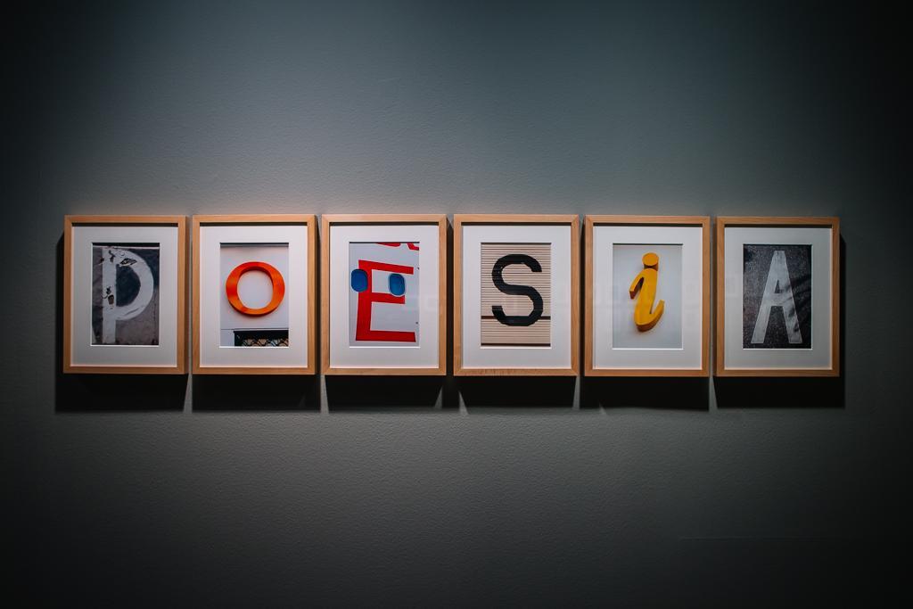 """Seis fotografías enmarcadas de Campano, cada una con luna letra y juntas hacen la palabra """"POESÍA"""""""