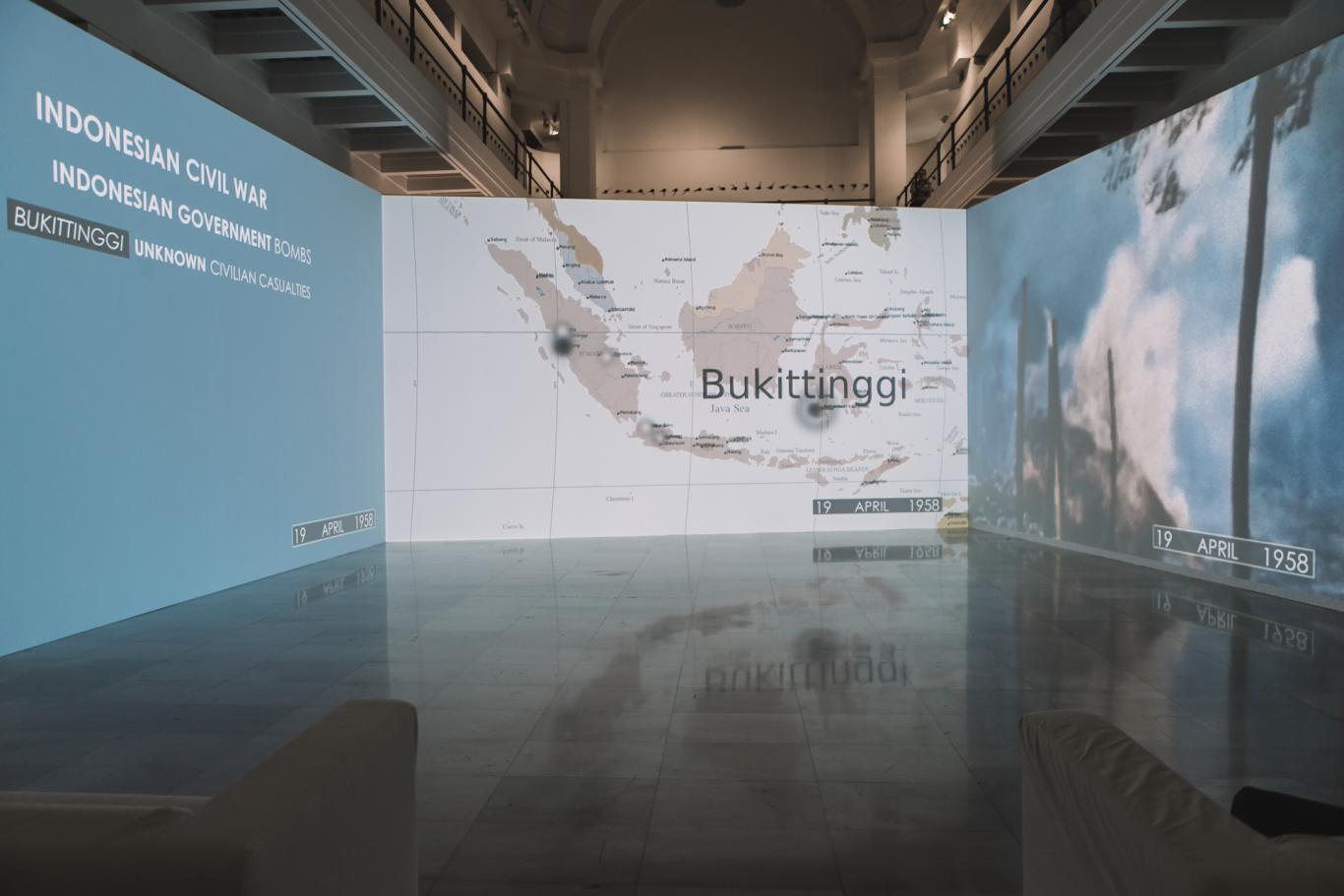 Instalación audiovisual de Cristina Lucas a modo de tríptico con mapas geográficos en los que se marcan países que han sufrido ataques aéreos