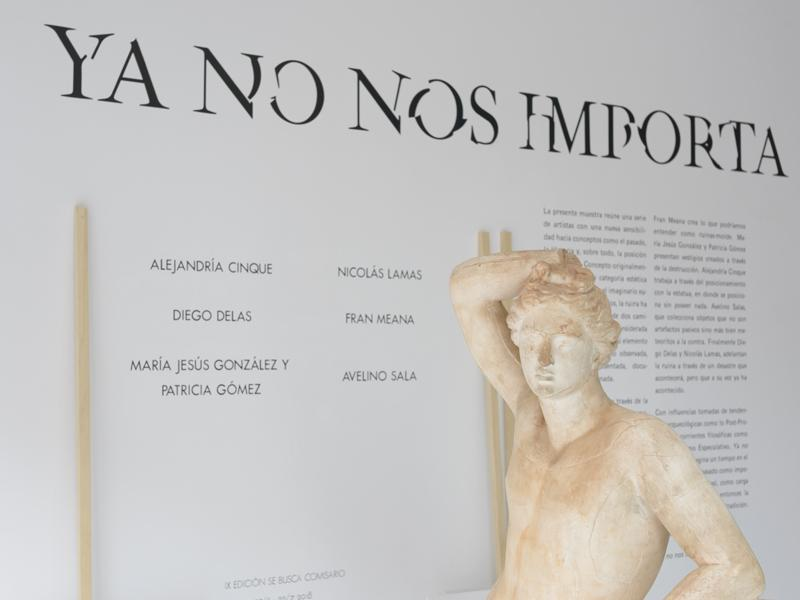 Escultura clásica en la entrada de la sala de exposiciones de Arte Joven