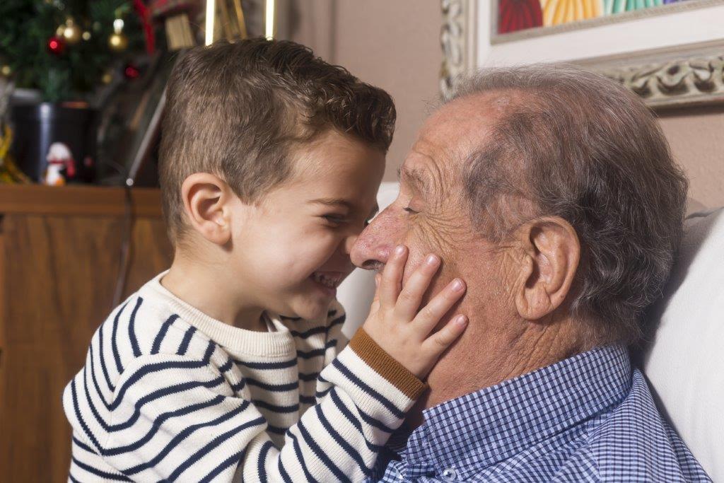 Abuelo y nieto riendo