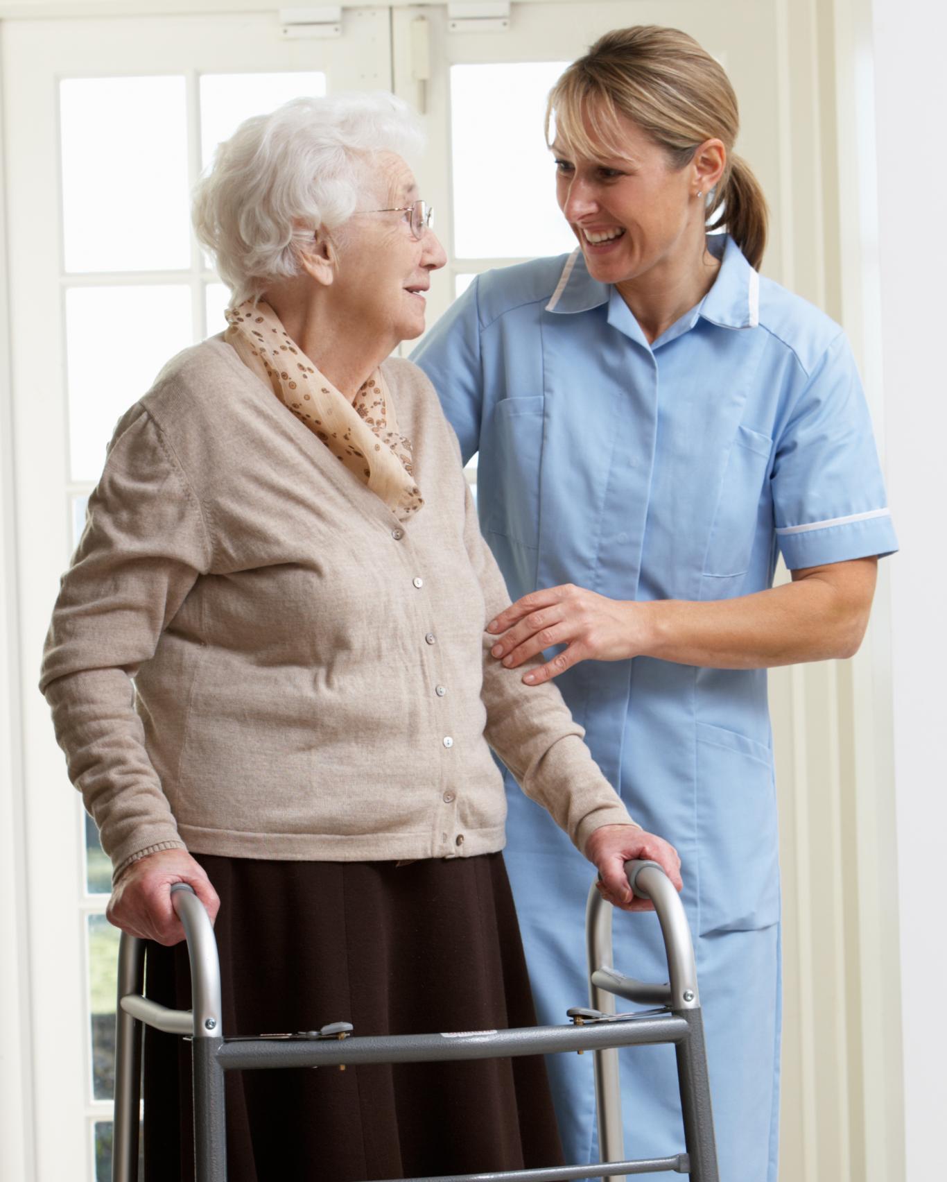 Mujer mayor de_pie_con_enfermera