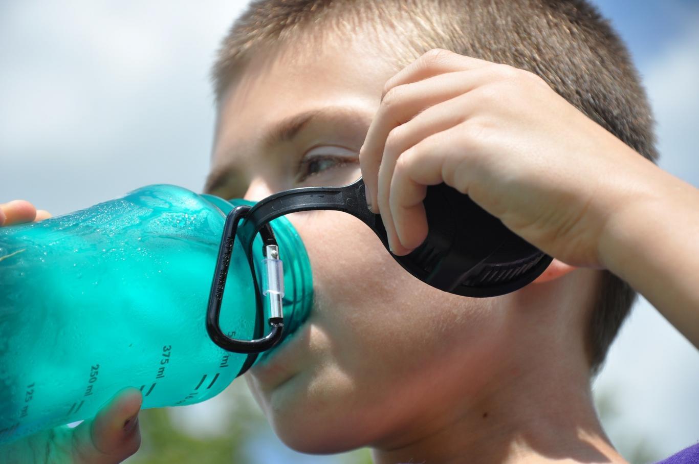 Imagen de un niño bebiendo agua