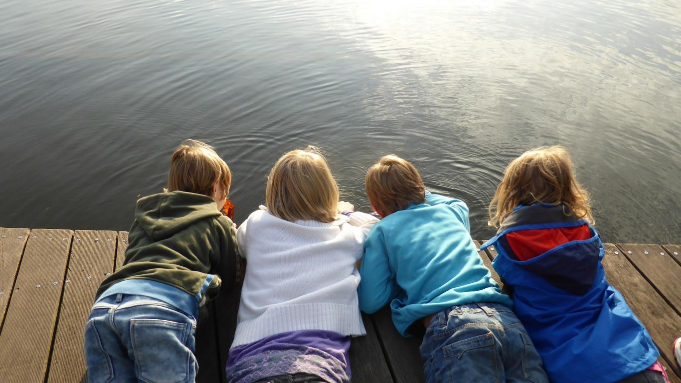 Niños en embarcadero
