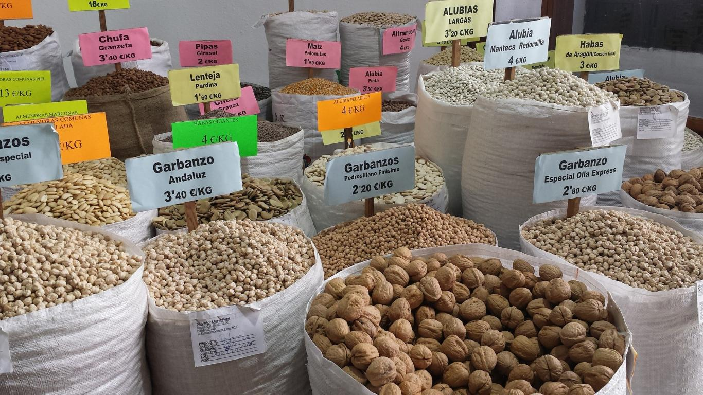 Exposición para la venta de legumbres sin envasar
