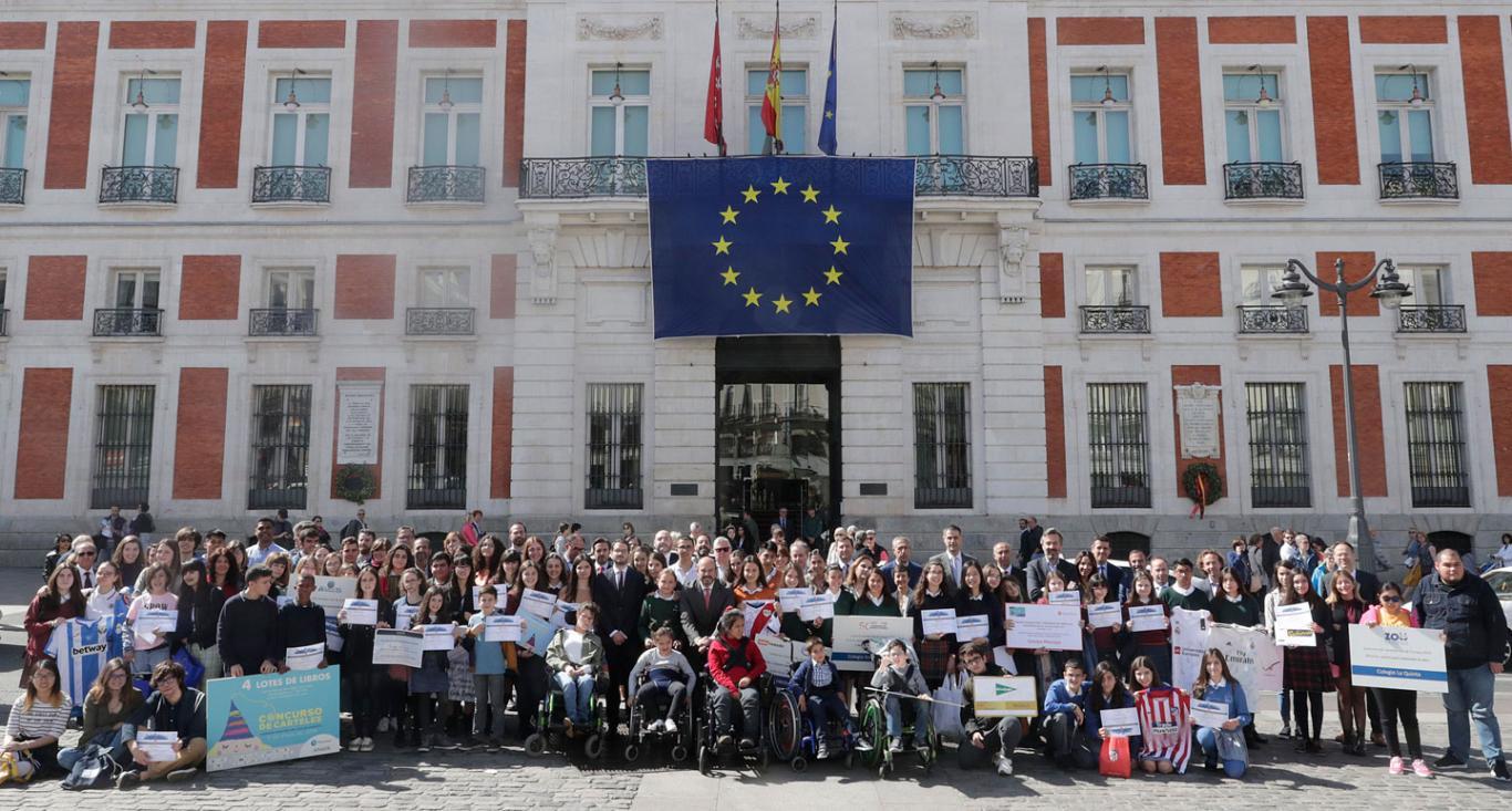 Ganadores del concurso de Carteles posan delante de la Real Casa de Correos