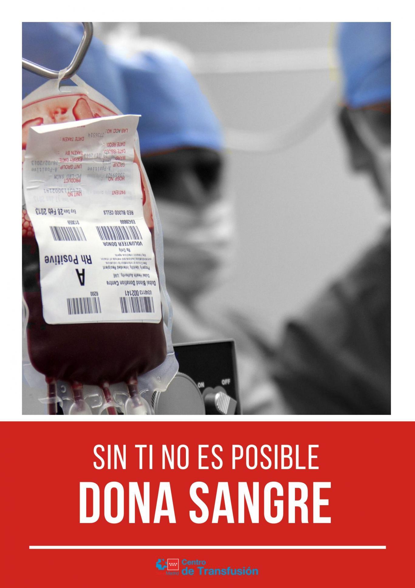 Profesionales de fondo pixelados y en primer plano una bolsa de sangre