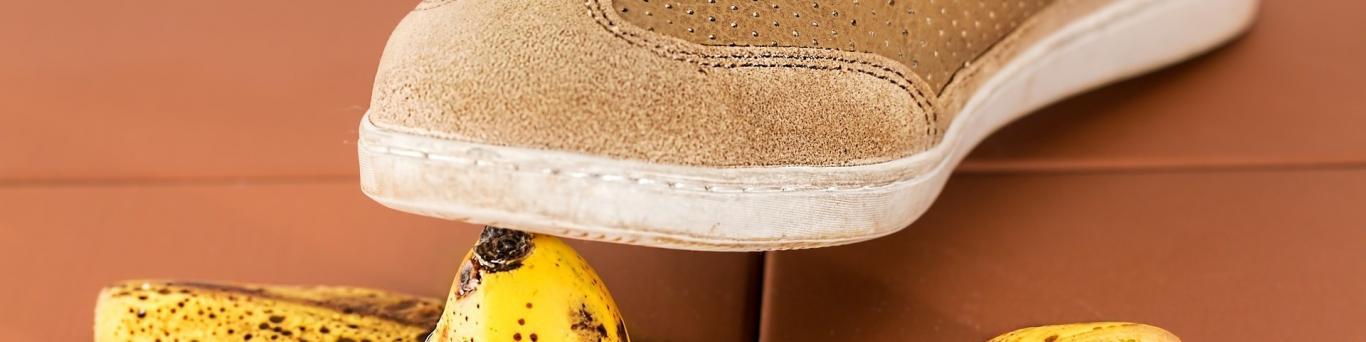 foto de un zapato a punto de pisar una piel de plátano