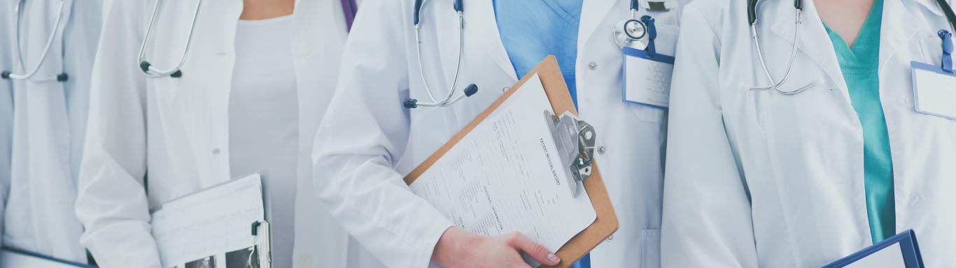 Varios médicos con carpetas de diagnóstico