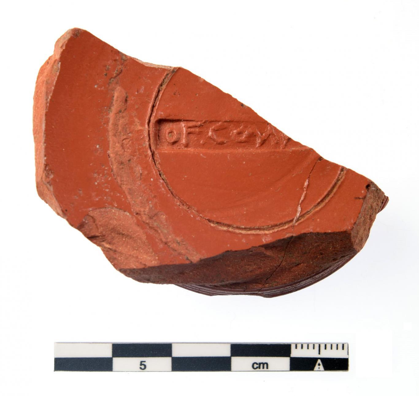 Imagen de fragmento de cerámica Terra sigillata hispánica con marca del fabricante
