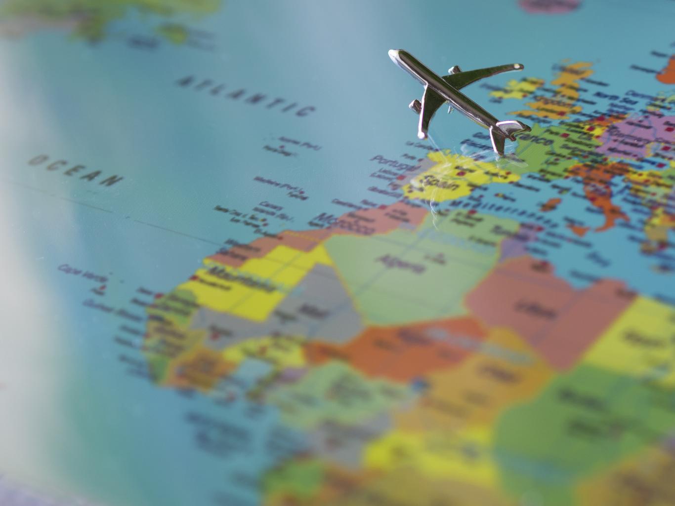 Avión despegando de un mapa de Europa