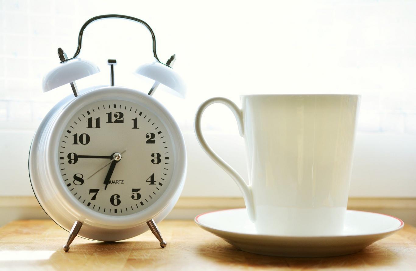 reloj y una taza