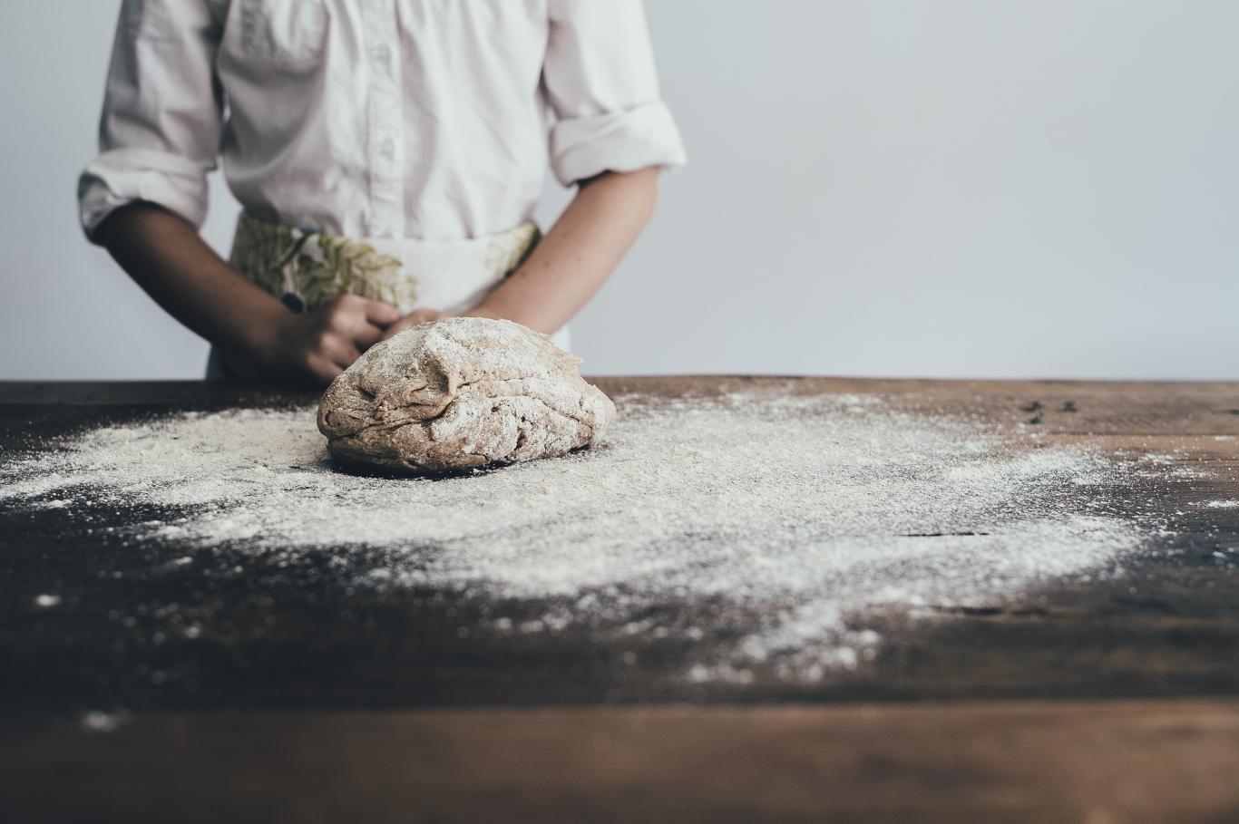 Cocinero amasando