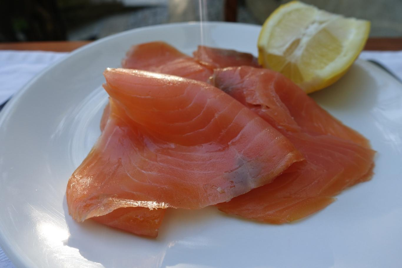 Salmón ahumado en un plato