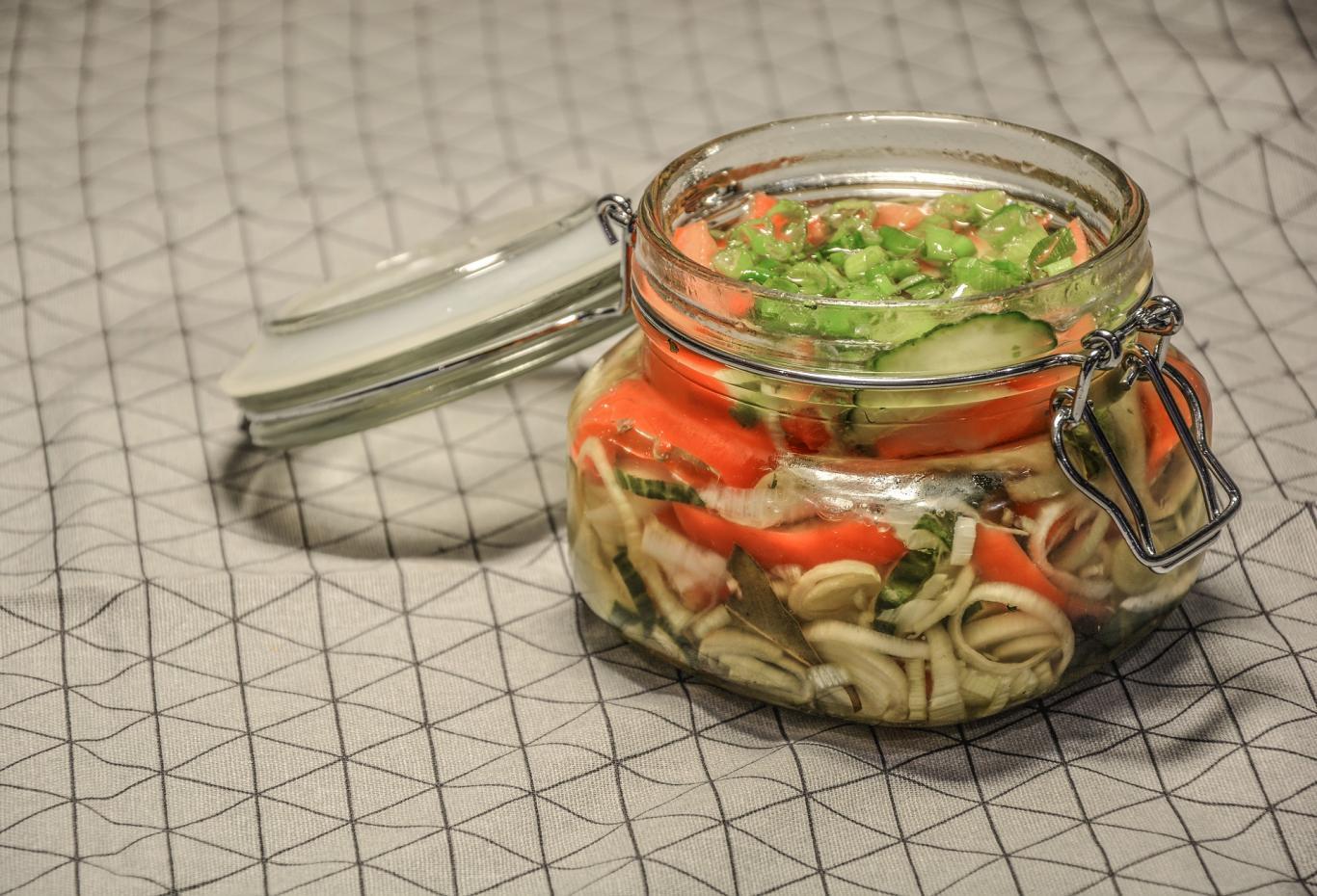 Tarro abierto de conserva casera con verduras