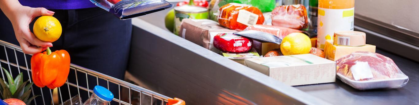 Caja de un supermercado pasando varios alimentos