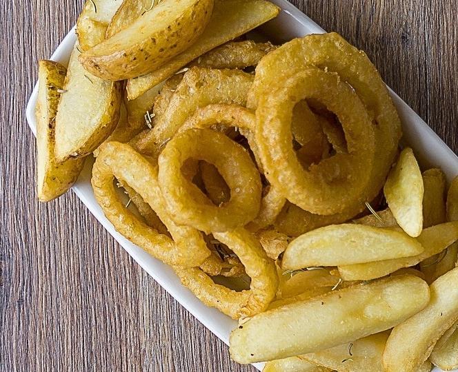 Plato con patatas y aros de cebolla fritos