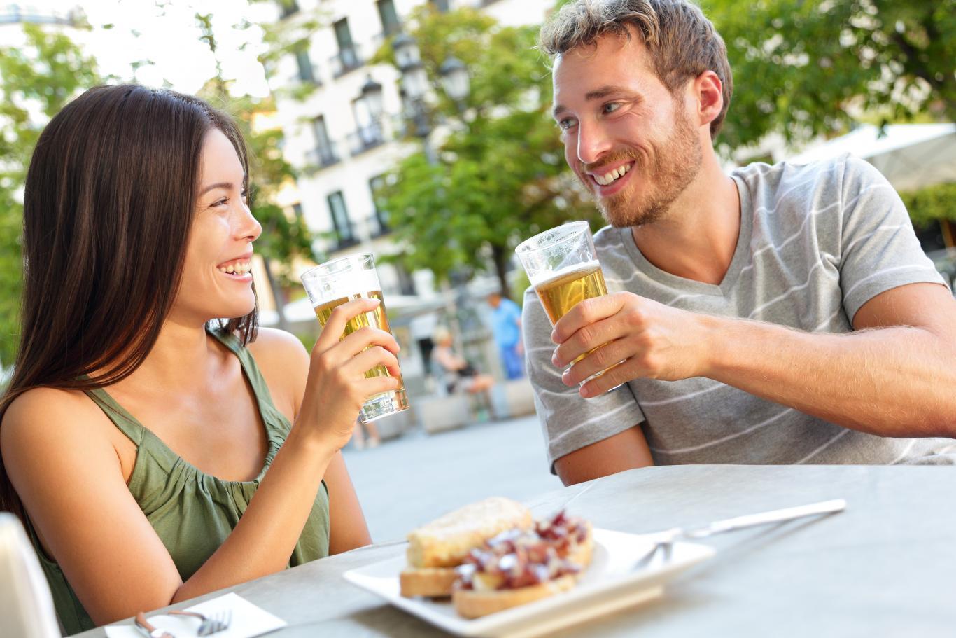 Personas tomando algo en una terraza