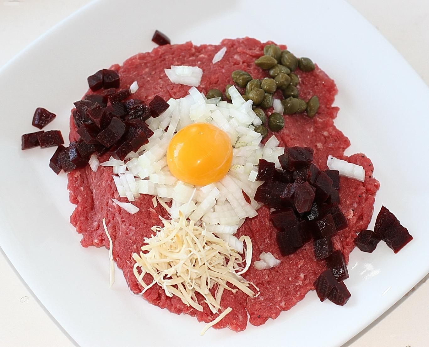 Steak tartar con carne picada, huevo y otros ingredientes