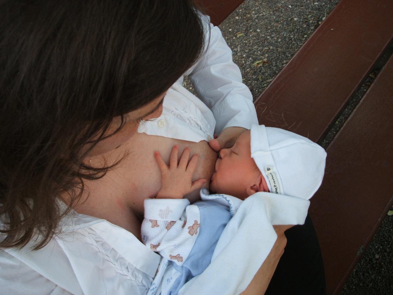 Imagen de una mujer dando de mamar a su hijo