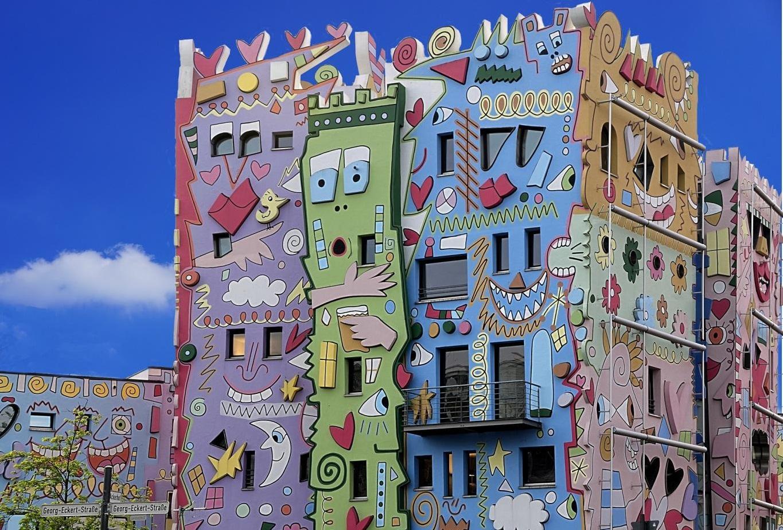 Fachada de viviendas decoradas de colores