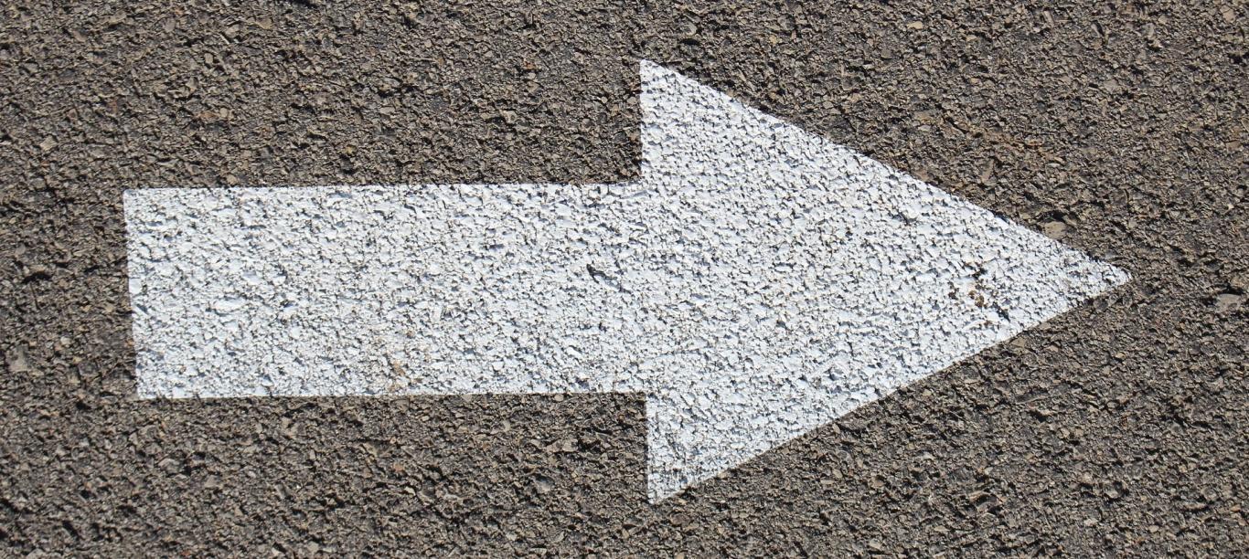 Flecha pintada en asfalto