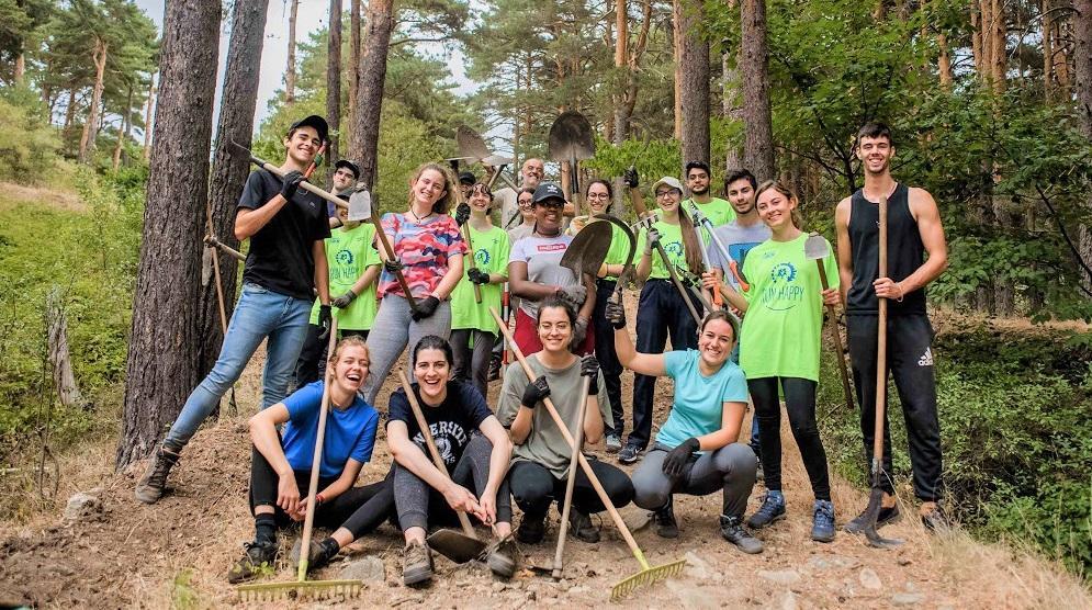 Grupo de jóvenes en un campo de voluntariado