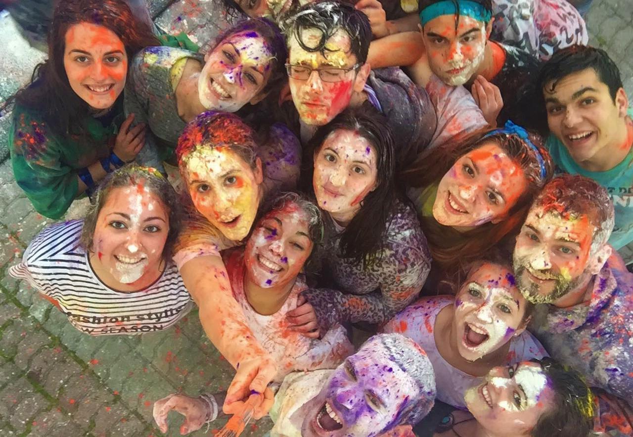 Grupo de jóvenes con caras pintadas