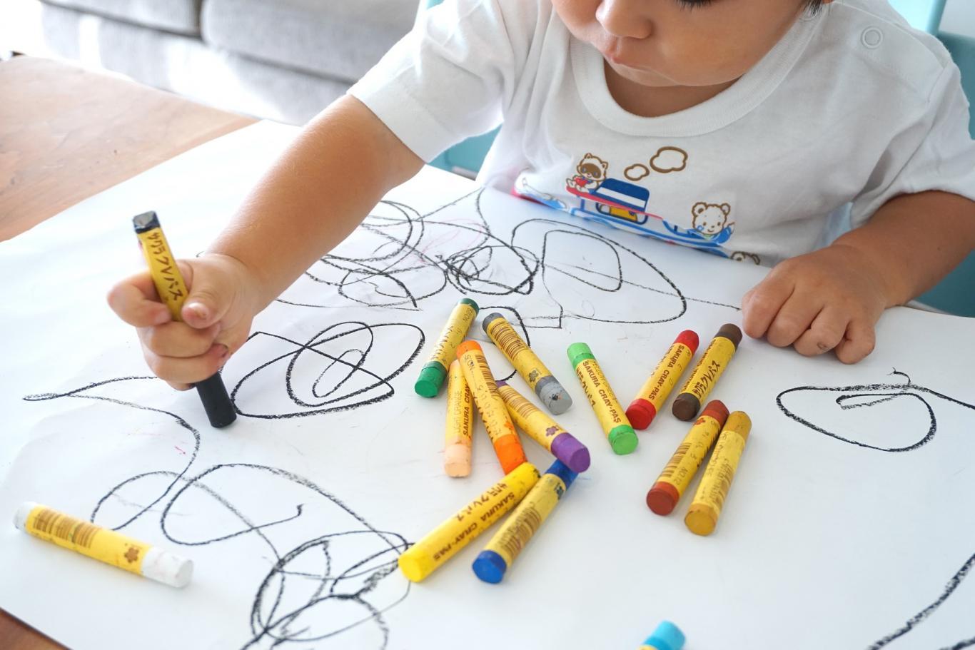 Niño pintando en el aula