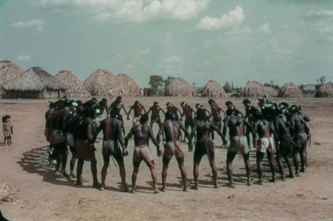 Tribu brasileña en círculo
