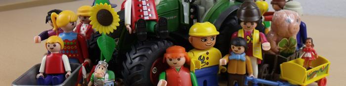 Imagen de grupo de muñecos granjeros y del mundo rural sobre un tractor