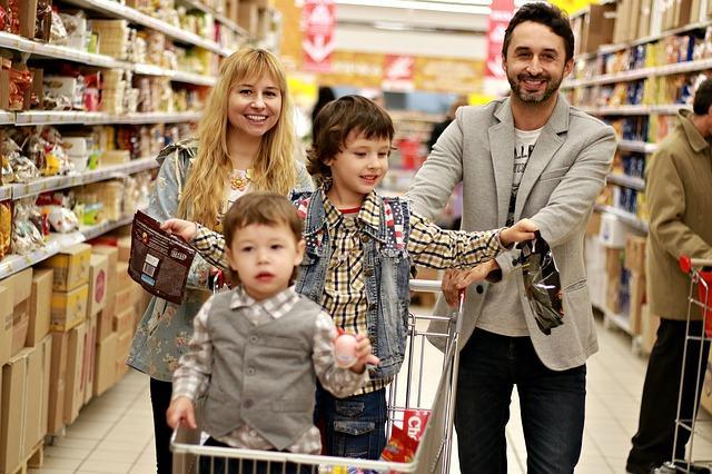 Imagen de una familia comprando en una tienda