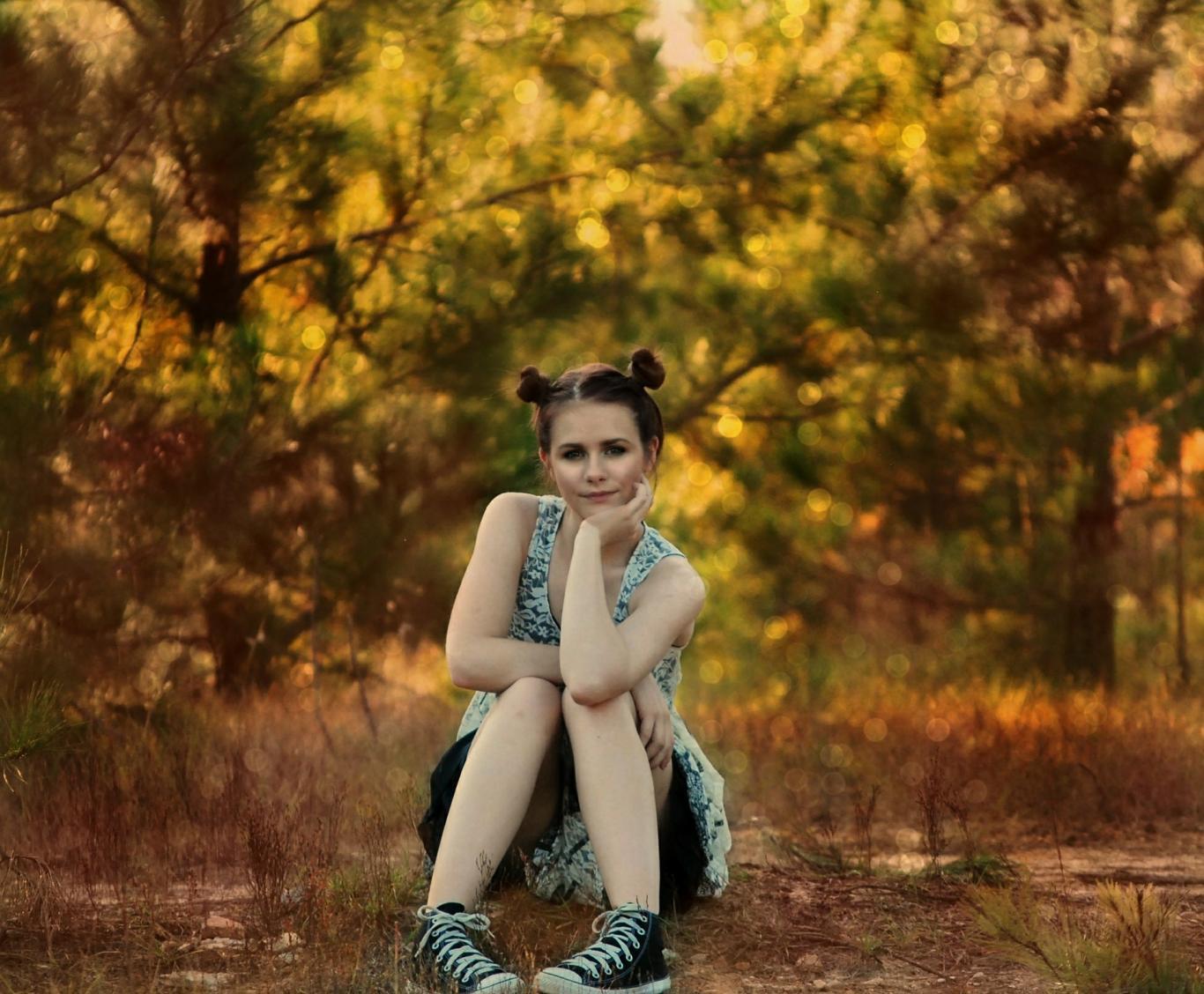 Chica en un bosque
