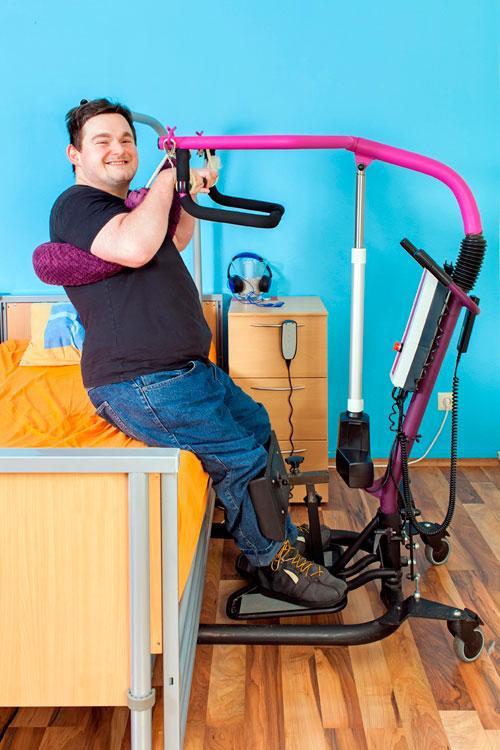 Hombre joven en un centro de atención para personas con discapacidad