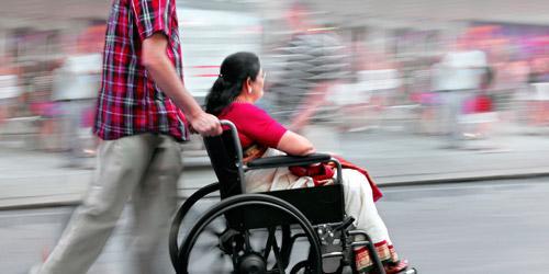 Mujer en silla de ruedas paseando por la calle