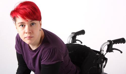 Imagen ilustrativa de una mujer en silla de ruedas con mirada interrogante