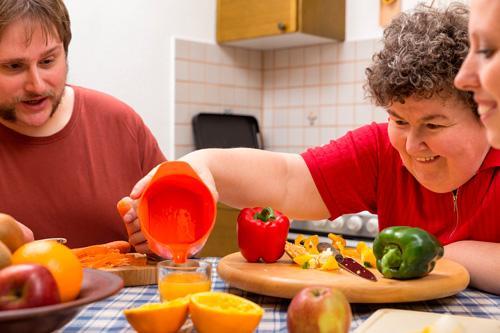 Imagen ilustrativa de un desayuno en una residencia para personas con discapacidad