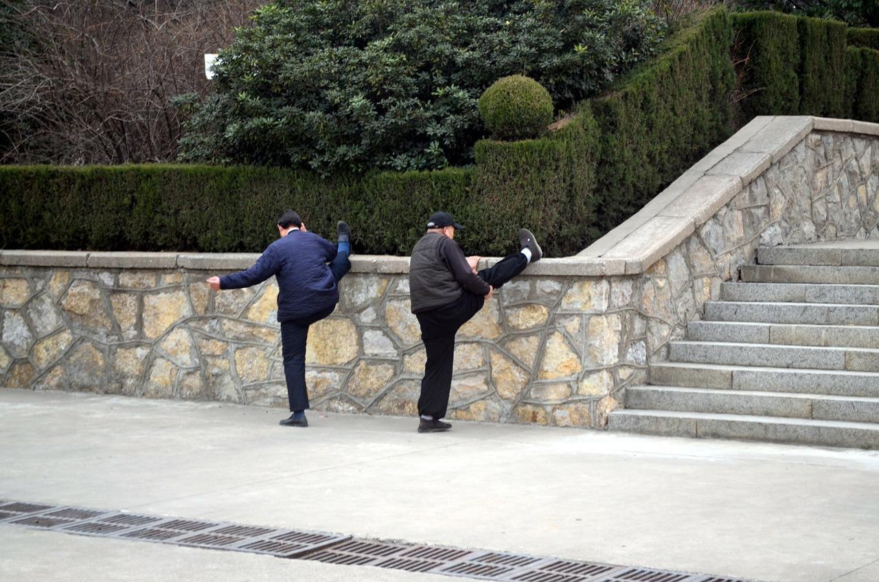 Dos personas mayores haciendo ejercicio físico