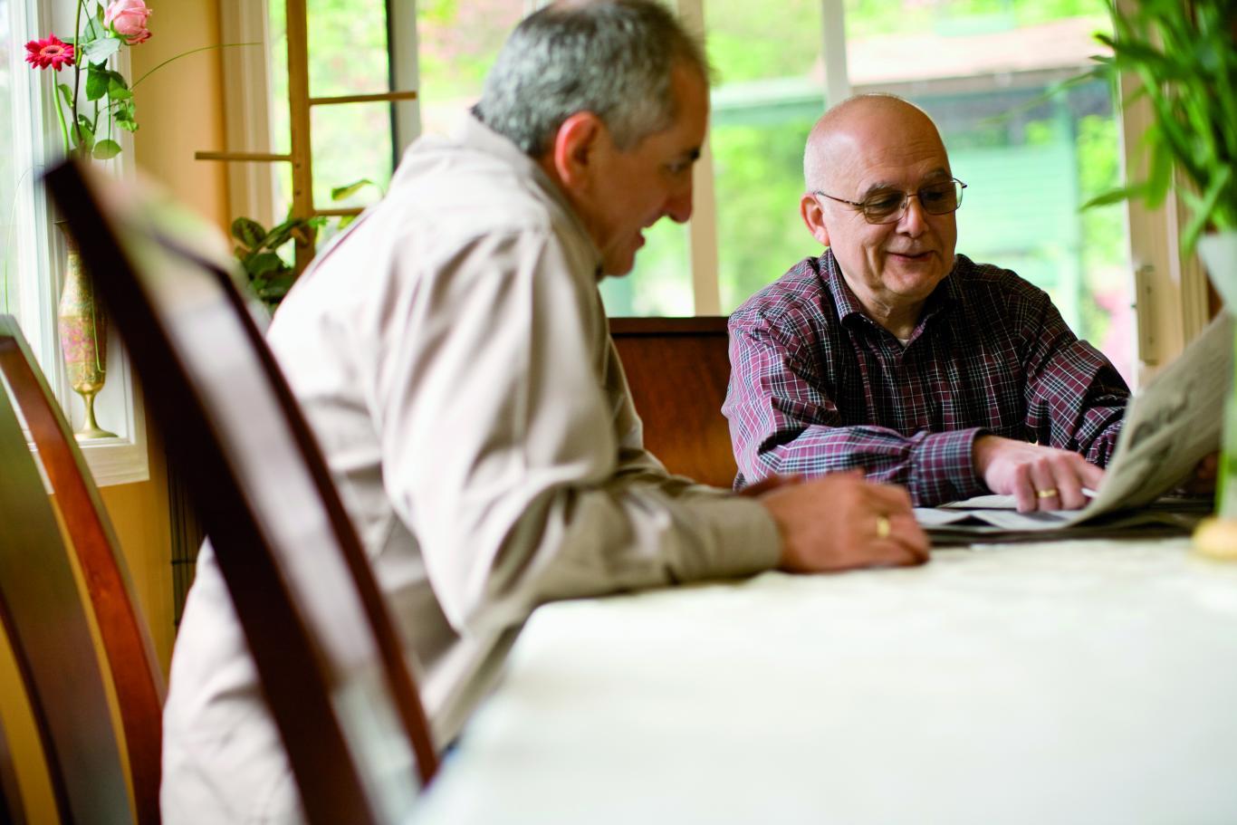 Hombres mayores hablando