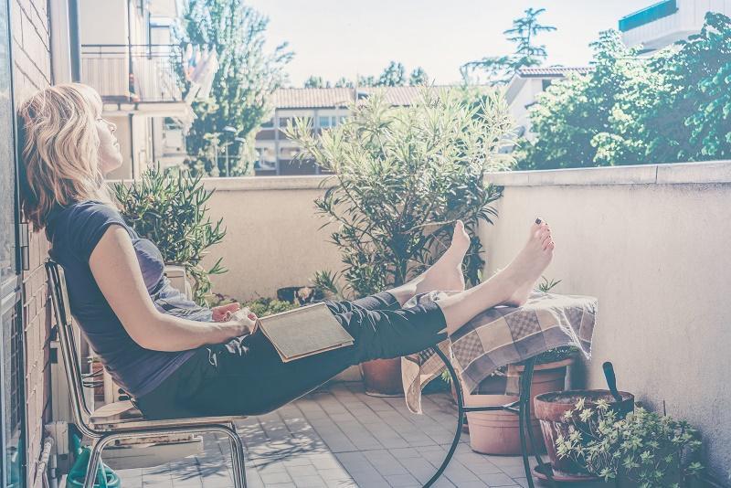 Imagen de una mujer descansando en la terraza
