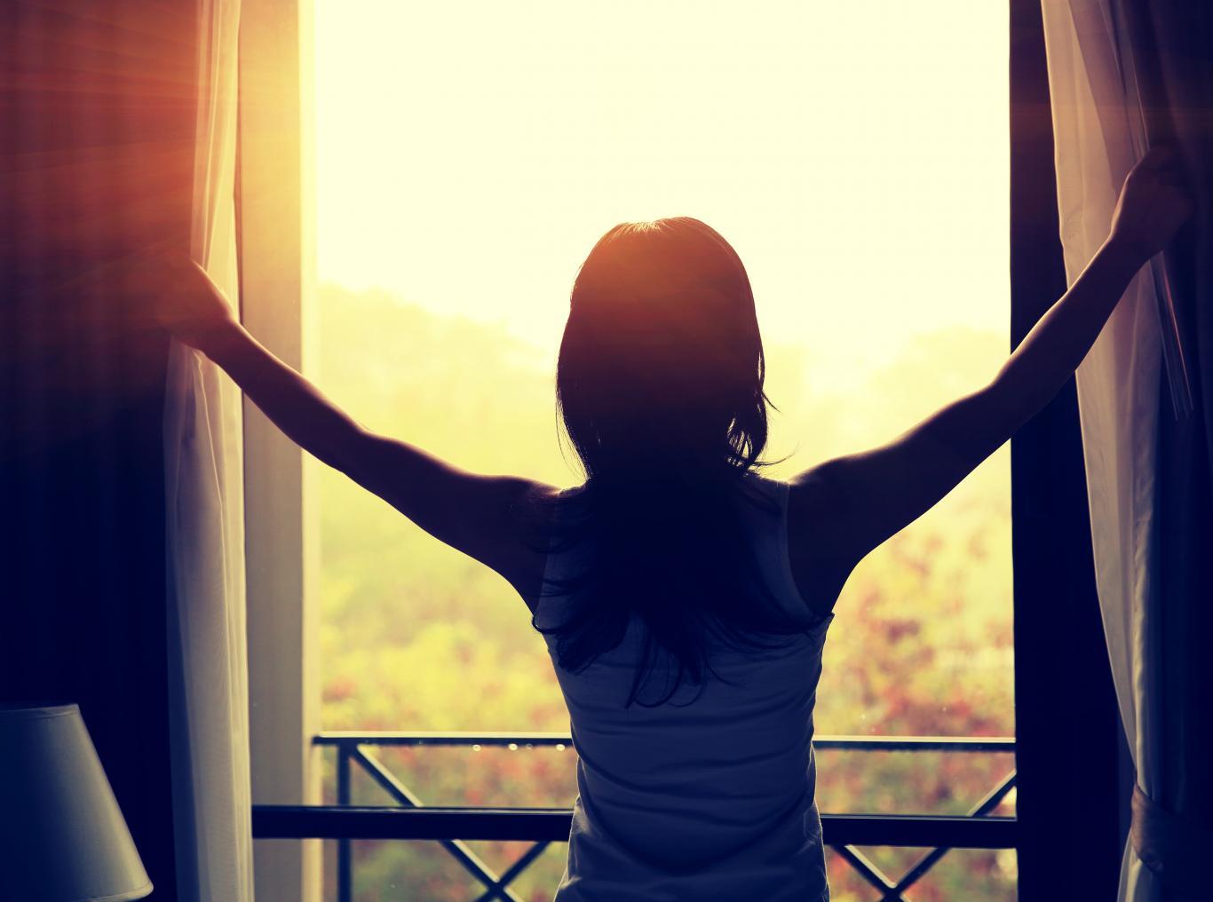Imagen de mujer en una ventana