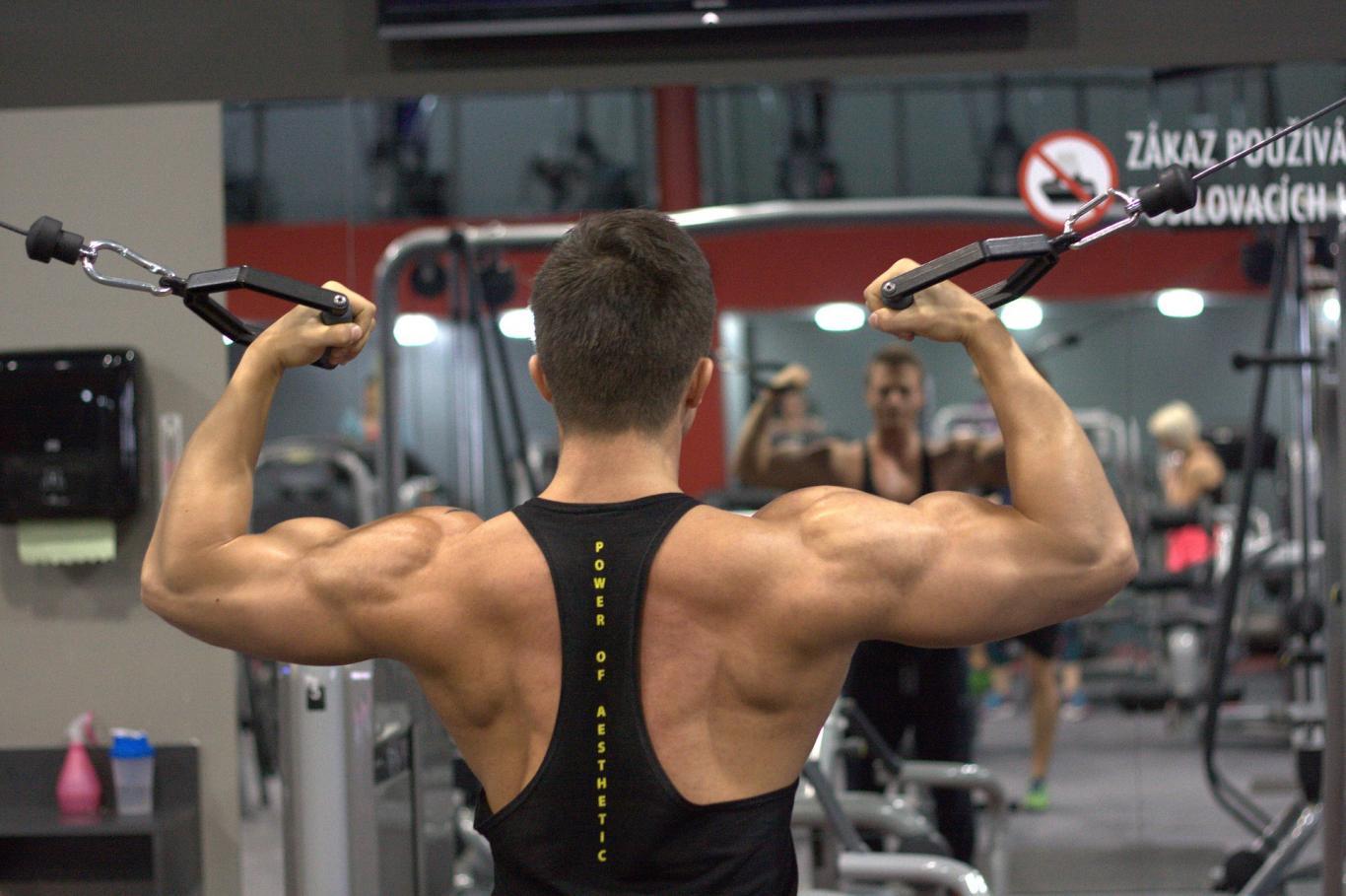 hombre musculado en el gimnasio