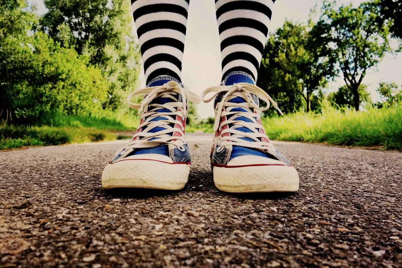 Pies con calcetines y zapatillas de colores