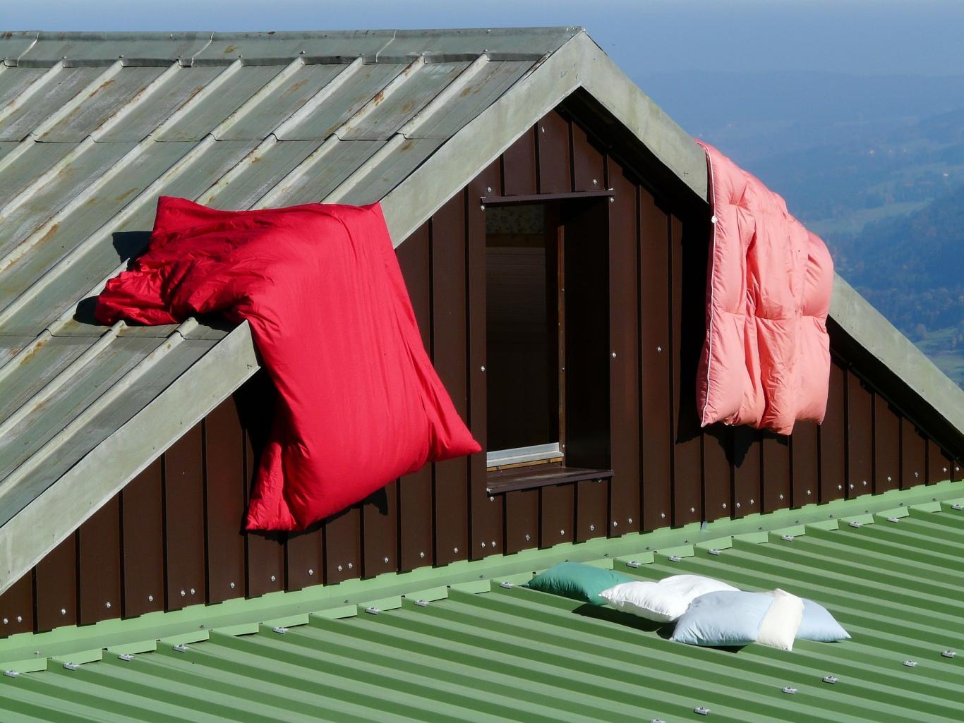 Ventana de una buhardilla con saco de dormir