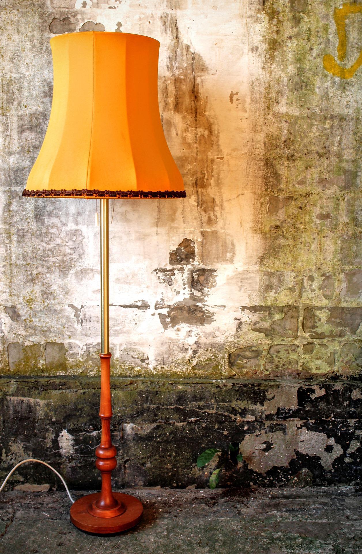 Lámpara de pie con pantalla amarilla