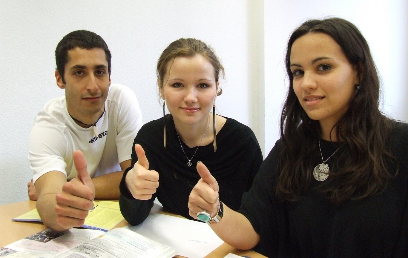 Tres jóvenes con el pulgar arriba