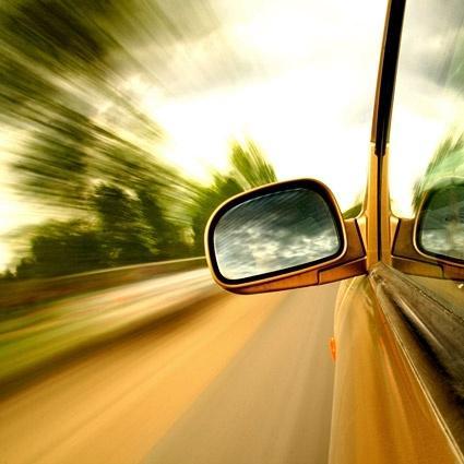 Imagen vehículo en marcha, detalle del espejo retrovisor