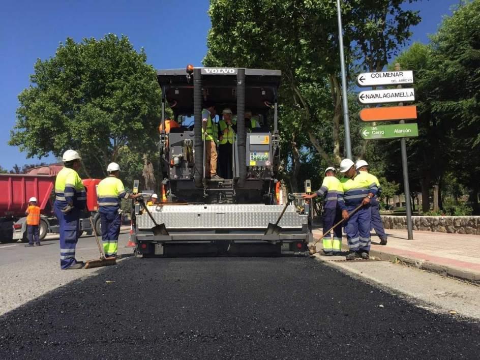 obreros trabajando con maquinaria asfaltando en la M-510