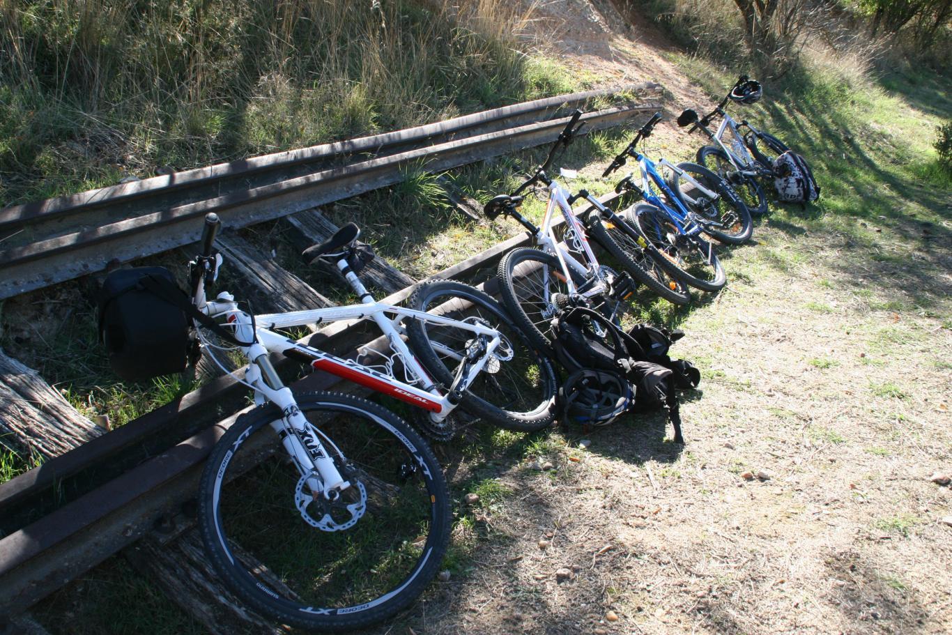 Imagen de varias bicicletas sobre unas antiguas vías de tren