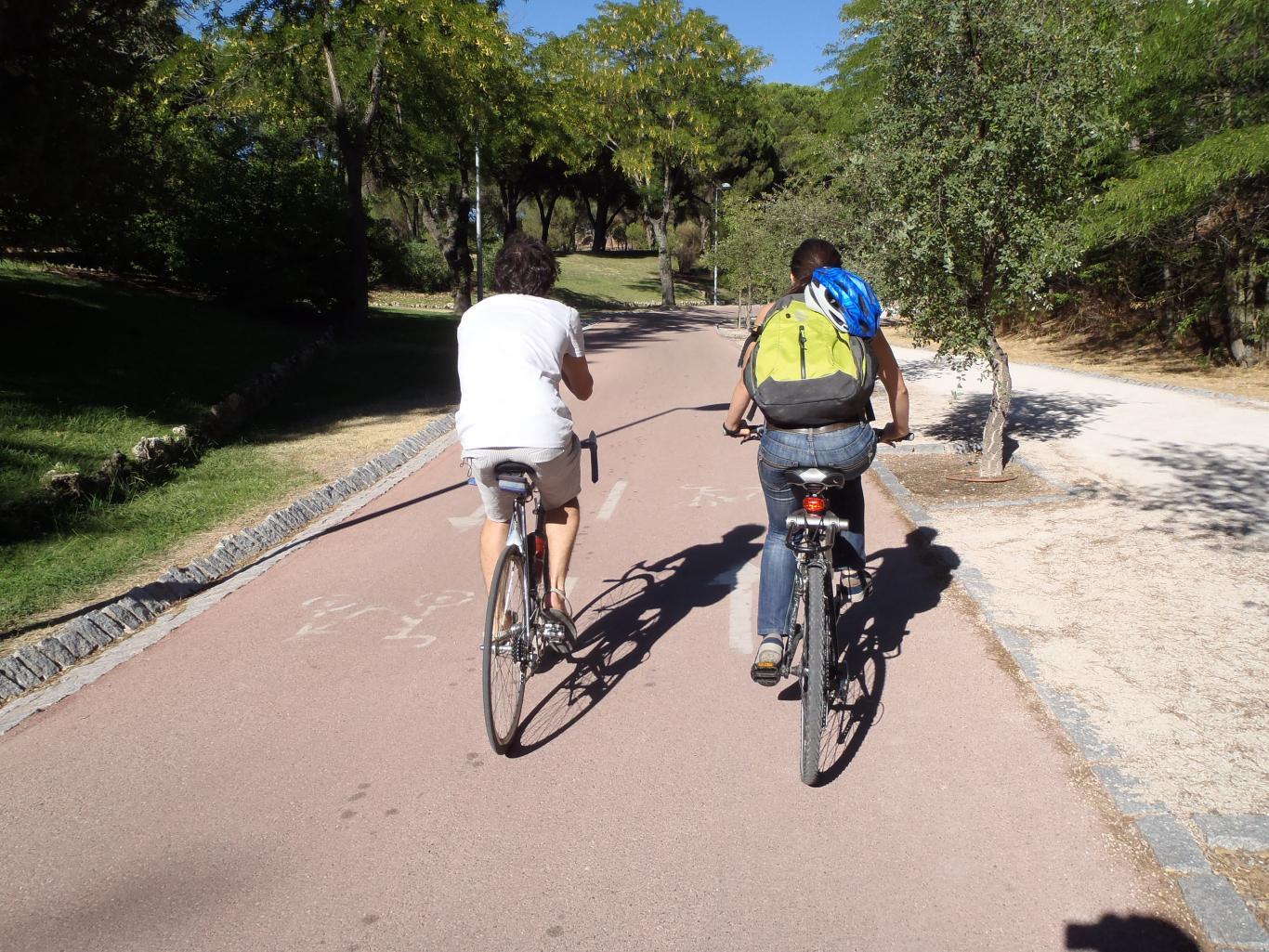 Ciclistas por el carril bici de Dehesa de la Villa